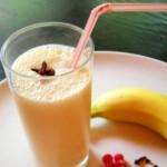 Банановый коктейль с медом и корицей