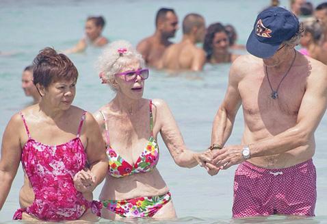 61-летний Альфонсо всегда рядом с супругой...