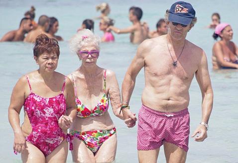 В свои 86 герцогиня Альба живет насыщенной жизнью, несмотря на то, что при ходьбе ей нужна дополнительная опора