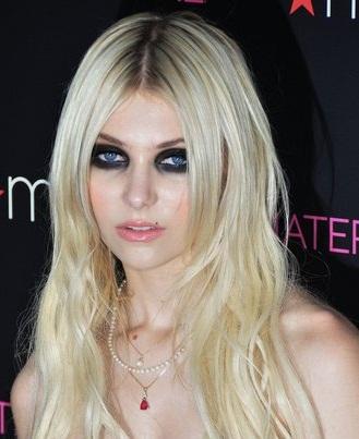 Ошибка в макияже № 4: слишком сильно подведенные глаза как у Тейлор Момсен