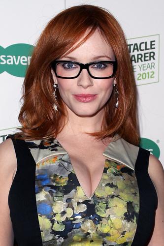 Трудно устоять перед красотой Кристины Хендрикс, особенно, когда она в очках. Актриса выбрала стрелки и серые дымчатые тени, такие придают глубину взгляду, делают макияж ярким, но не вызывающим. Прекрасное сочетание!
