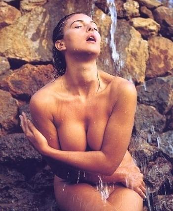 Женские голая моника беллуччи залитых