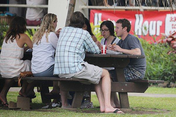 Скромный отдых миллиардера Марка Цукерберга с женой на Гавайях
