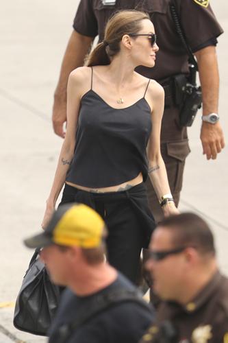 Анджелина Джоли не стесняется своего тела после операции