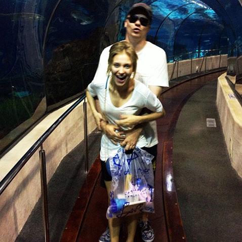 Кристина Асмус и Гарик Харламов в океанариуме в Барселоне