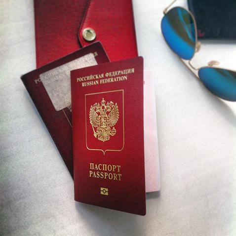 В своем микроблоге Олеся выложила эту фотографию и подписала ее: «Лечу, родненький мой!». В свое очередь, в комментариях Евгений написал: «Наконец-то!»