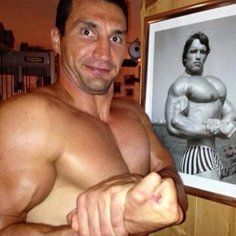 Шварценеггер и Кличко меряются мускулами