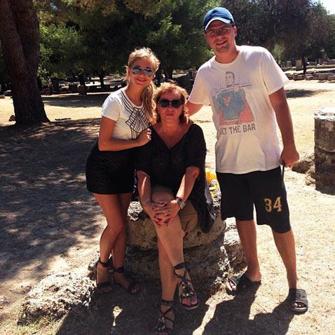 Знакомство с родителями: Асмус отправилась в Грецию со свекровью