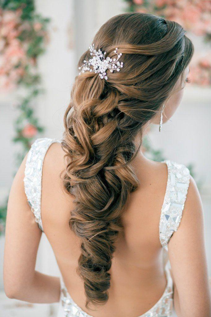прически на длинные волосы с гребнями