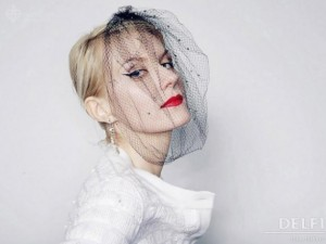 Рената Литвинова проявилась на улицах С-Петербурга в свадебном платье