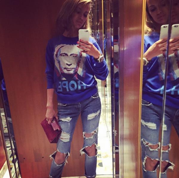 Виктория Боня носит свиншоты с изображением Путина