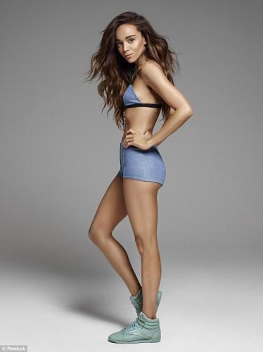 Актриса Эшли Мадекви полностью обнажилась в рекламе обуви
