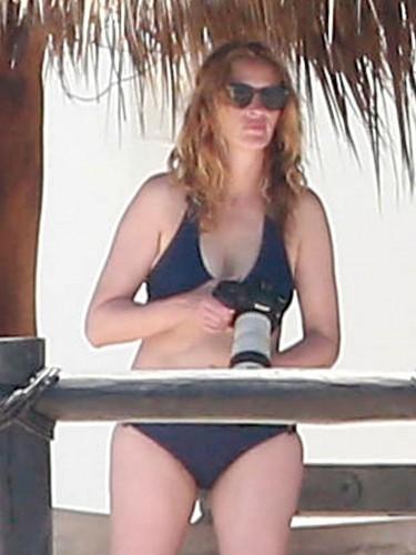 Джулия Робертс показала фигуру в купальнике на пляже Мексики