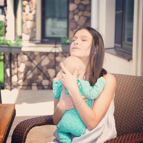 Елена Темникова поделилась трогательными фото с двухмесячной дочкой