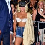 Lady GaGa вышла на публику в бюстгальтере