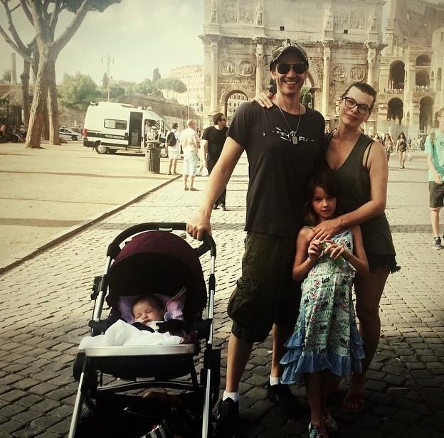 Мила Йовович отдыхает в Риме с мужем и детьми