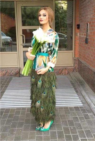 Алена Водонаева поразила гостей Бородиной своим неординарным нарядом