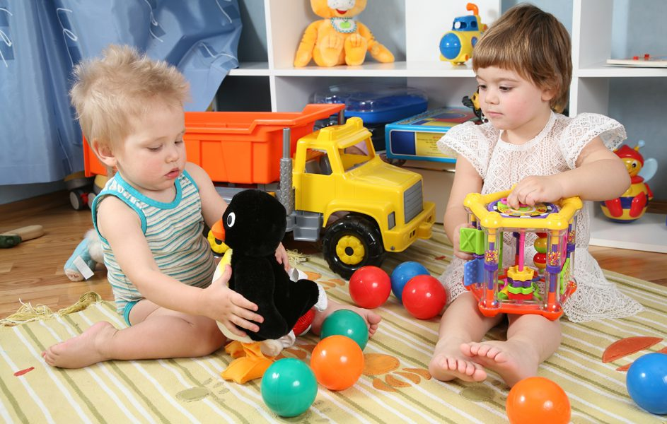 Какой предмет выбрать в качестве первой игрушки для ребенка?