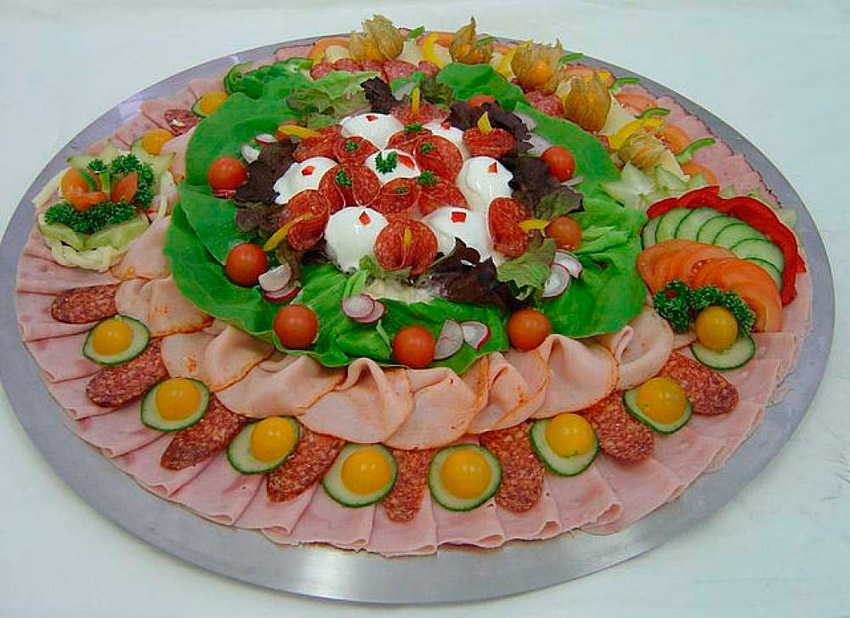 Нарезки салатов и закусок с