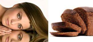 Залейте мякиш ржаного хлеба горячей водой