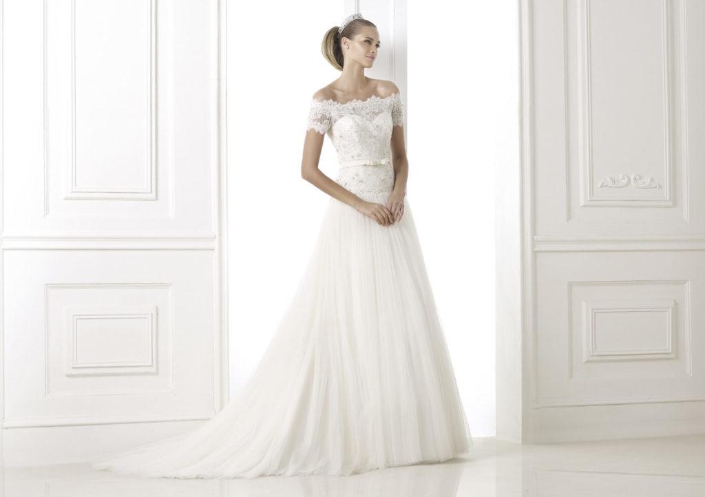 Портретный вырез на свадебном платье