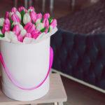 Цветы в шляпной коробке: новый тренд в мире букетов