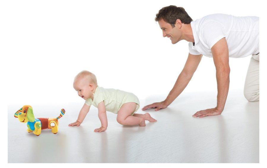 папа учит ребенка ползать 1