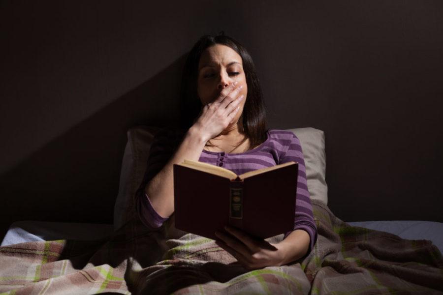 девушка читает книгу перед сном