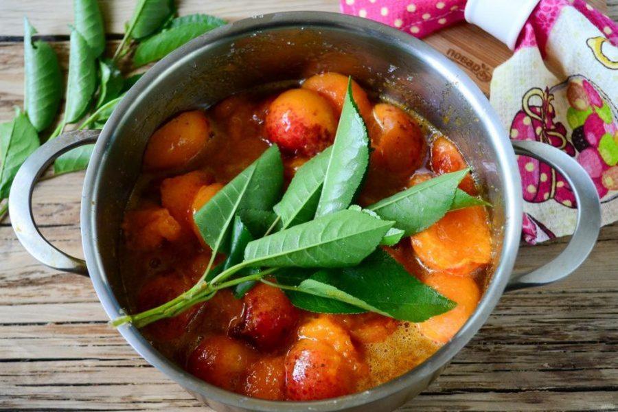 Варенье из абрикосов с листьями вишни