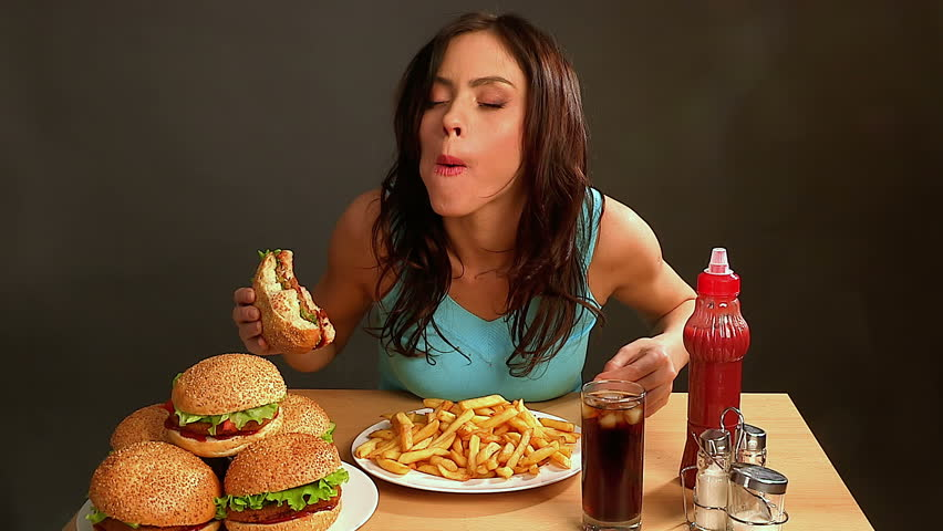 девушка ест фаст фуд